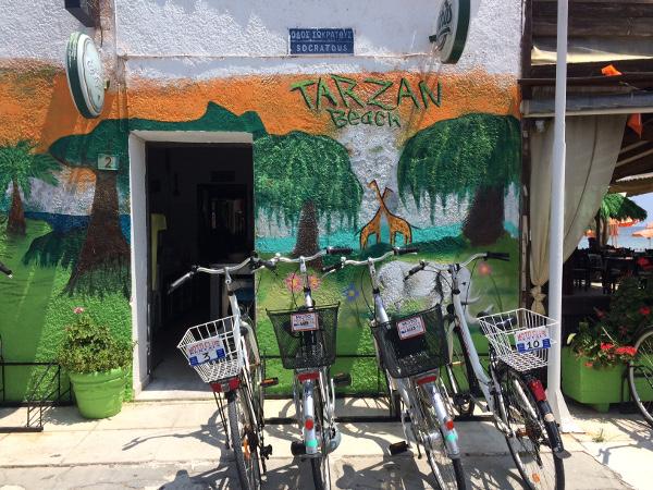 Velos vor der Tarzan Beach Bar (Kos-Stadt / Lambi)