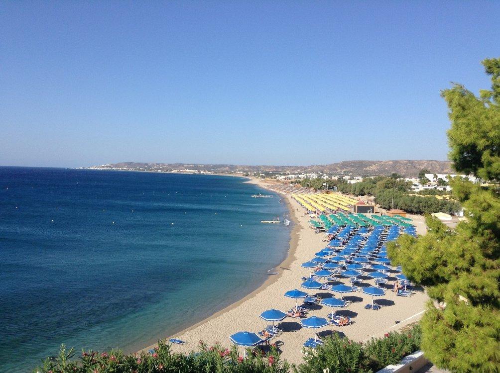 Strand beim Hotel Norida Beach mit Strandliegen und Sonnenschirmen