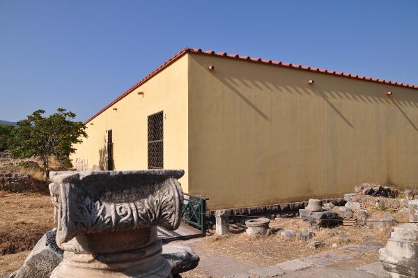 Casa Romana von aussen mit Säulenkapitälen