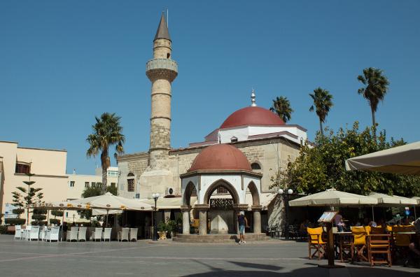Hauptplatz in Kos-Stadt mit der Defterdar Moschee
