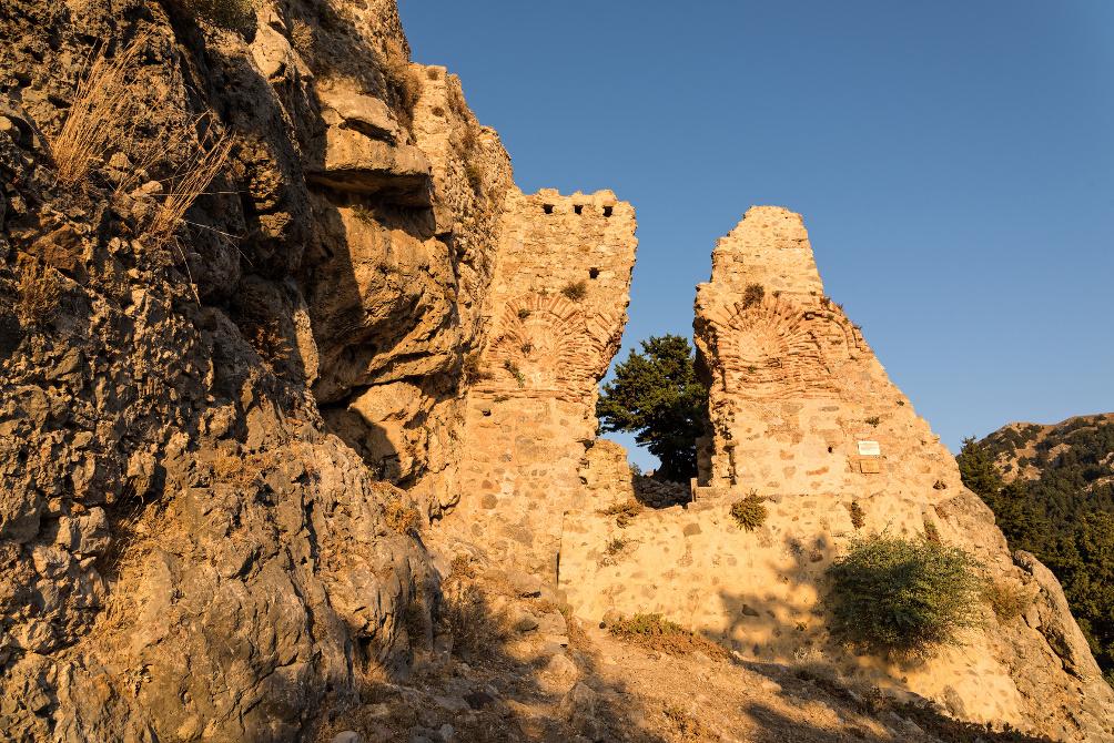 Die Mauern der Burg in Paléo Pýli im Sonnenuntergang