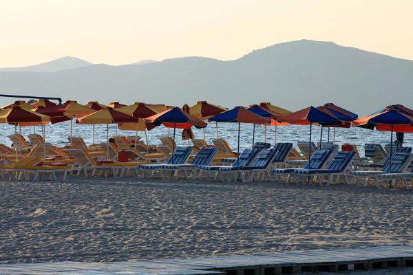 Abendstimmung am Strand von Tigáki mit den Bergen der Insel Psérimos am Horizont