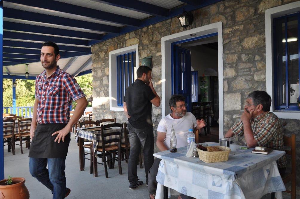 Auf der Terrasse der Sunset Balcony Taverne in Zia